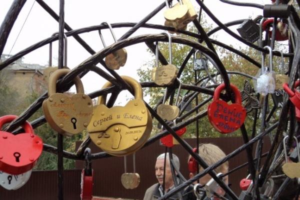 В Воронеже у Каменного моста установят такое же «дерево любви», как на Лужковом мосту в Москве