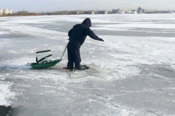 Воронежские рыбаки сели на тонкий лед