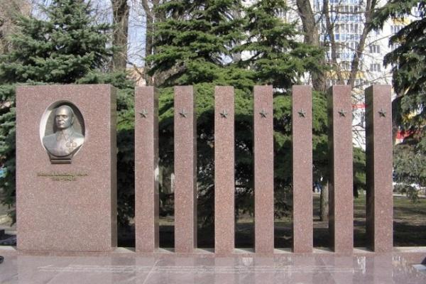 Исследователь Игорь Сдвижков утверждает, что на памятнике Славы захоронен не Александр Лизюков