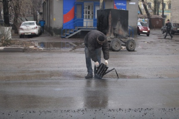 В Воронеже укладывают асфальт в лужи