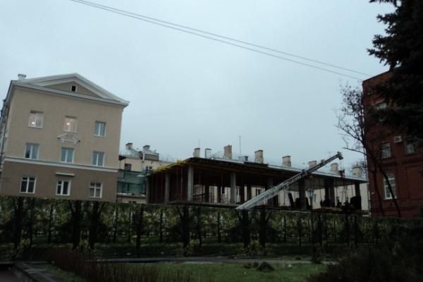 На главной улице Воронежа появился неопознанный строительный объект