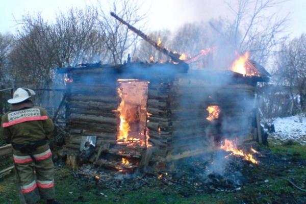 В Воронежской области при пожаре во времянке погиб парень