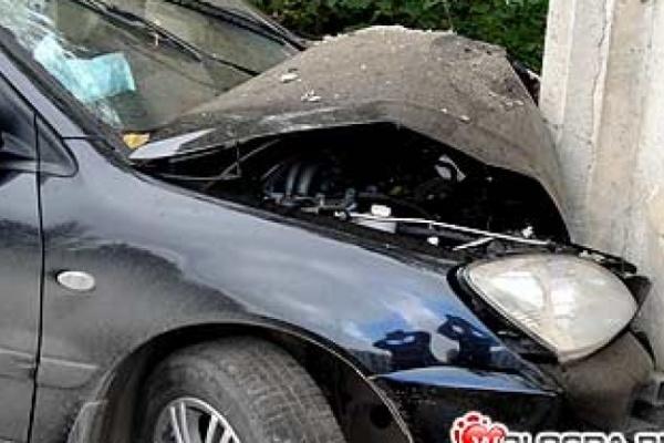 В Воронеже иномарка врезалась в бетонную стену