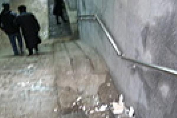 На стенах -неприличные надписи, на полу - выщерблена плитка