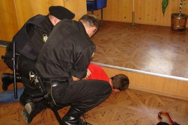 В Воронежской области женщина бросила кирпич в пристава, который пришел за арестованным имуществом