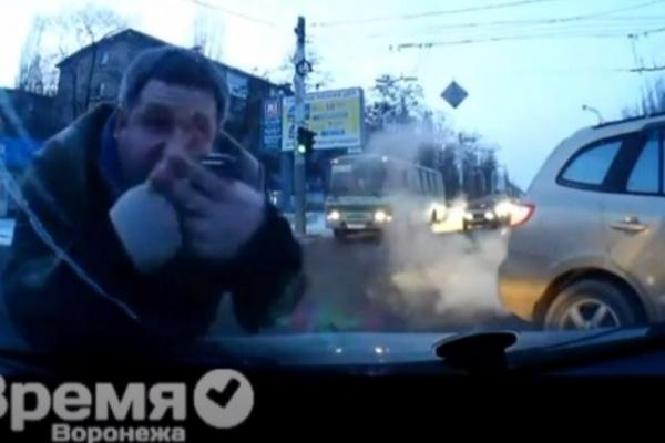В Воронеже инструктор по вождению повздорил с «нарушителем» и прокатил его на капоте машины