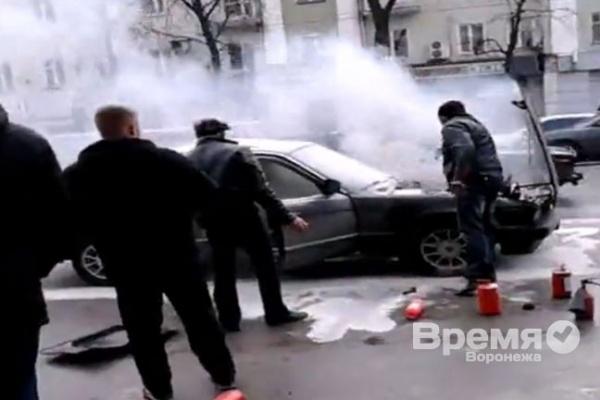 В центре Воронежа до приезда пожарных водители сами тушили полыхающую БМВ