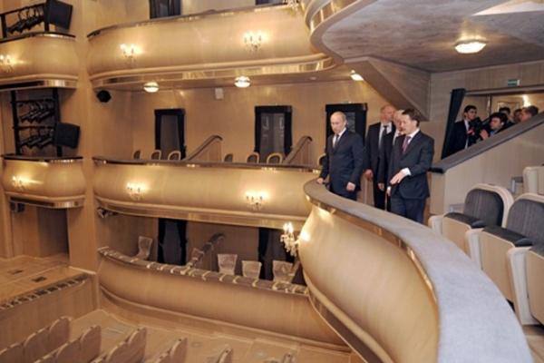 Владимиру Путину в Воронеже устроили экскурсию по театру драмы