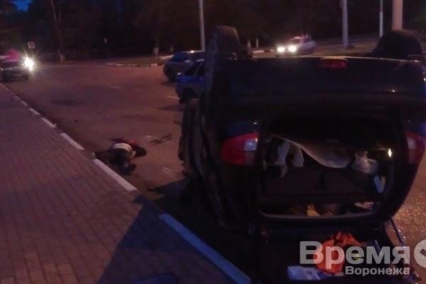 В Воронеже перевернулась иномарка: водитель погиб
