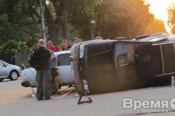 В центре Воронежа перевернулась иномарка с женщиной за рулём