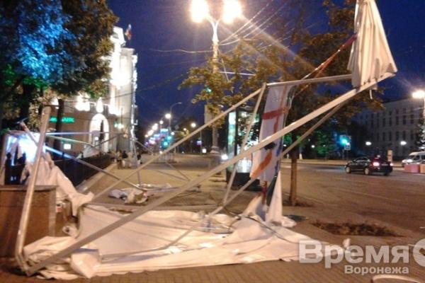Ураган унёс шатёр книжной ярмарки с площади Ленина в Кольцовский сквер