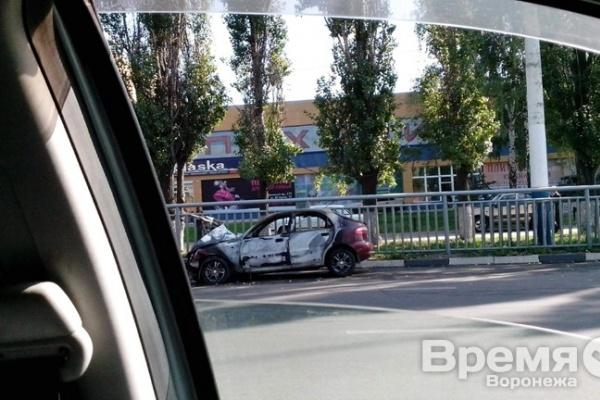 В Воронеже легковушка врезалась в столб и загорелась