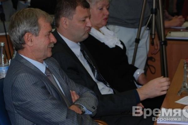 Экс-спикеру Гордумы депутат на заседании подарил макет Эйфелевой башни