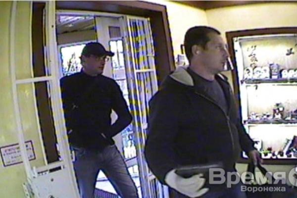 В Воронеже вооружённые грабители средь бела дня обчистили ювелирный магазин