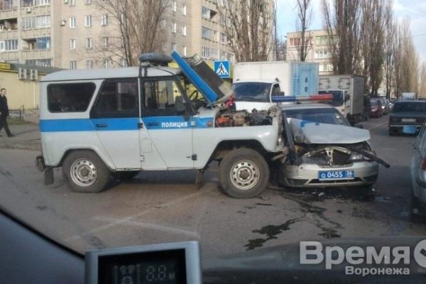 В Воронеже на перекрёстке столкнулись две полицейские машины