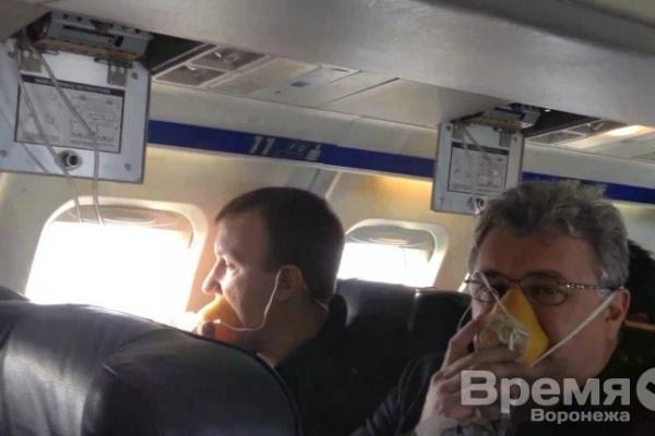 «О разгерметизации самолёта сказали только по-английски. А кислородные маски выпали для всех, кроме двух парней…»