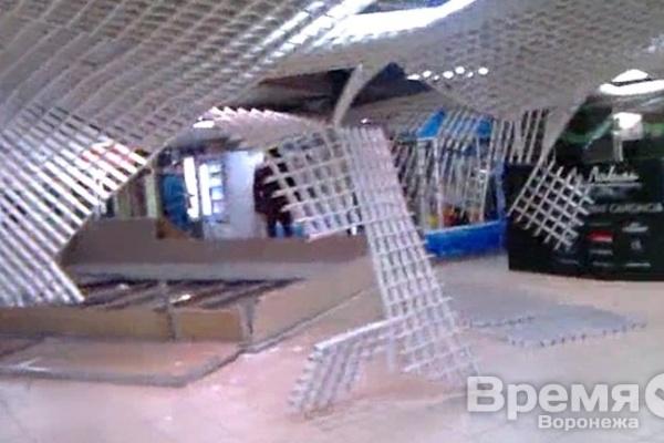 В Воронеже в Центре Галереи Чижова обрушился потолок
