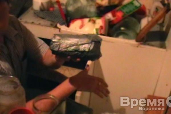 Торговец с рынка привез в Воронеж килограмм героина, спрятав его во фруктах