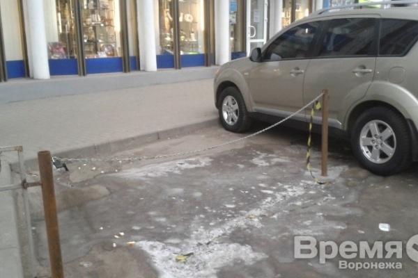 В центре Воронежа теперь руководство бара решает, кому можно ставить машины в парковочные карманы