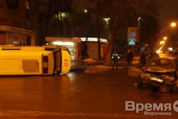 В центре Воронежа спешившая на вызов «скорая» перевернулась после ДТП с легковушкой