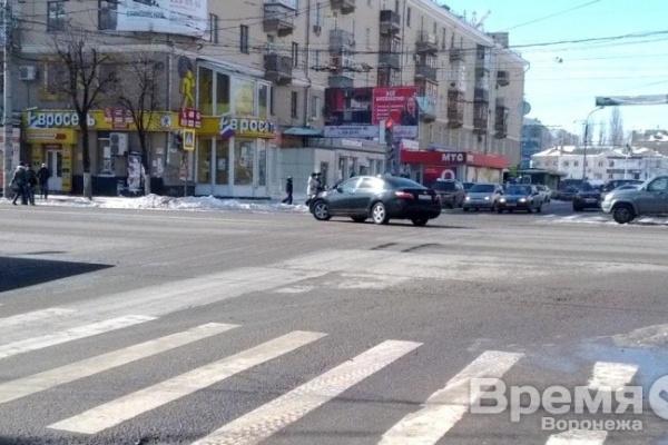 В Воронеже на камеру сняли «Тойоту» с номерами В015ОА, грубо нарушившую правила в центре города
