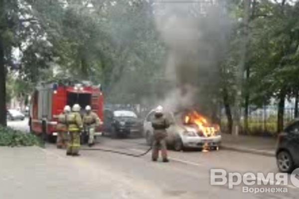 Видео очевидца: В Воронеже около детского сада вспыхнула машина