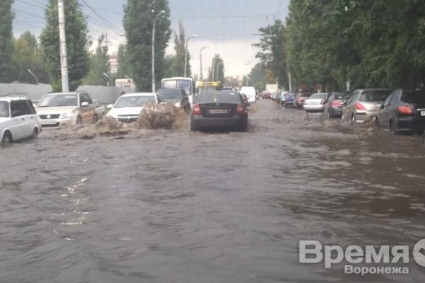 В Воронеже дождь превратил улицы в реки