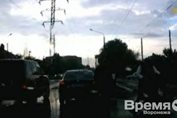 Полицейские нашли водителя и пассажира иномарки, избивших пешехода на дороге в Воронеже