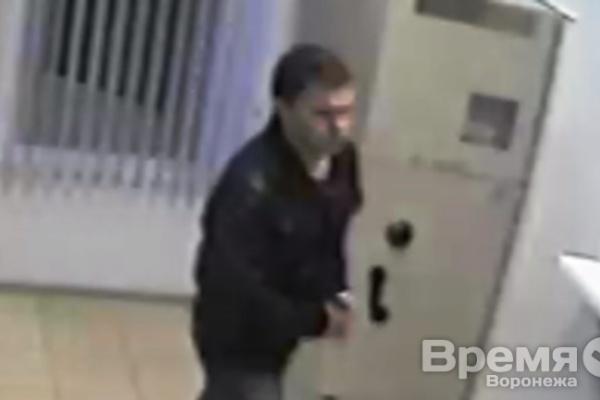 В Воронеже мужчина ограбил павильон кредитования, угрожая кассиру ножом