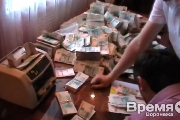 Следователь, курировавший дело бывшего главного дорожника Воронежской области, получил взятку от эстонского бизнесмена