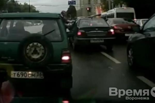 В центре Воронежа водитель авто с блатными номерами угрожал другому пистолетом