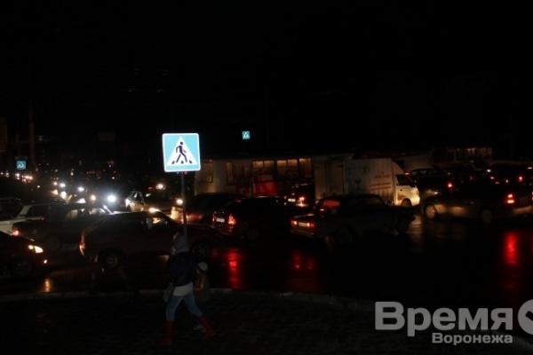 Левый берег стал в пробках из-за неработающих светофоров и фонарей