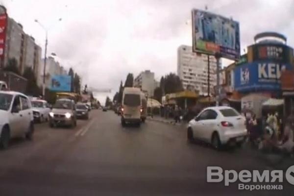 Видео: В Воронеже иномарка сбила четырех человек около пешеходного перехода