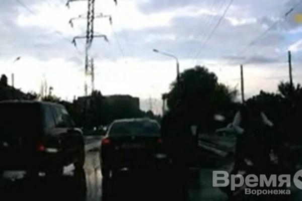 На водителя и пассажира иномарки, избивших пешехода на дороге в Воронеже, возбудили уголовное дело