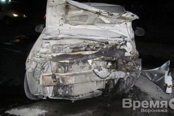 В Воронеже в лобовом столкновении легковушек погибли три человека, один попал в больницу