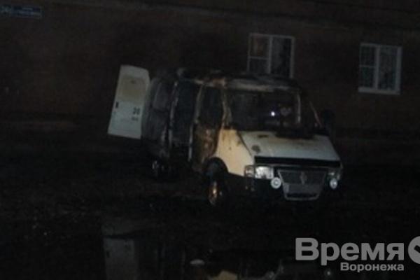 В Воронеже в ночь на среду сожгли машину