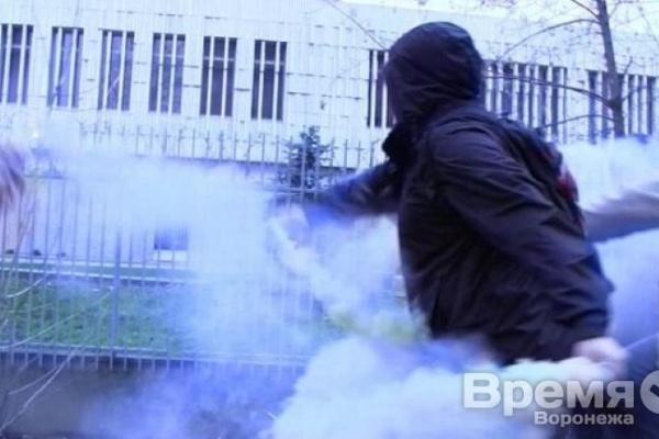 Среди нацболов, забросавших файерами посольство Польши в России, оказался воронежец