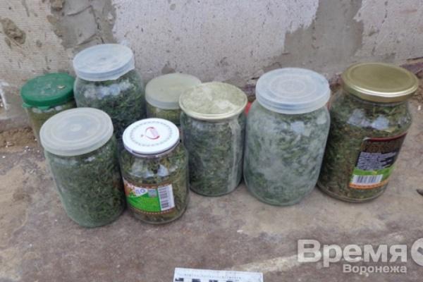 Воронежец «законсервировал» марихуану в стеклянные банки
