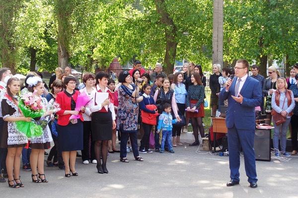 Депутаты поздравили воронежских выпускников с последним звонком