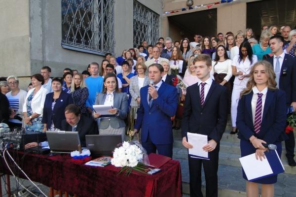 Воронежские депутаты-строители поздравили первоклассников с праздником