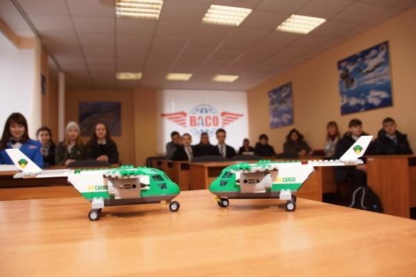 На воронежском авиазаводе дети собрали несколько самолетов