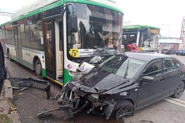 В ДТП с автобусом в Воронеже пострадала 38-летняя пассажирка