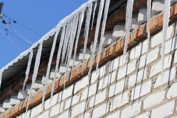 В Воронеже лед рухнул на прохожего с дома управляющей компании «Семья»