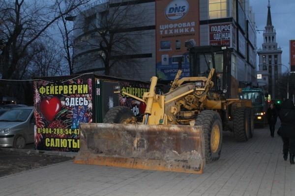 Грейдер пятый день строит на тротуаре воронежской улицы