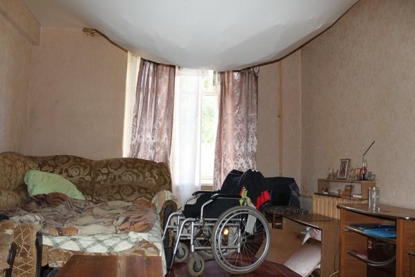 В воронежском аварийном доме обвалился потолок в квартире инвалида