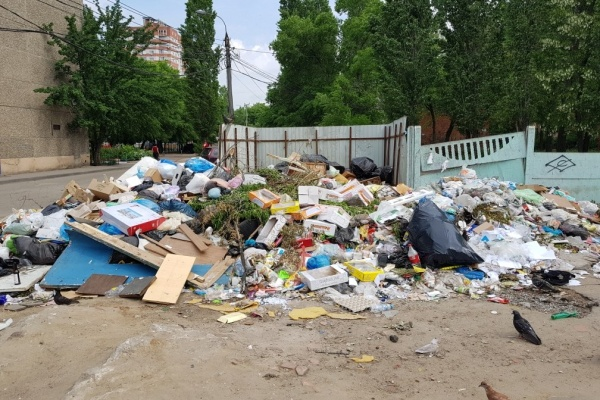 У воронежских домов под управлением УК «Созвездие» скопилась гора мусора