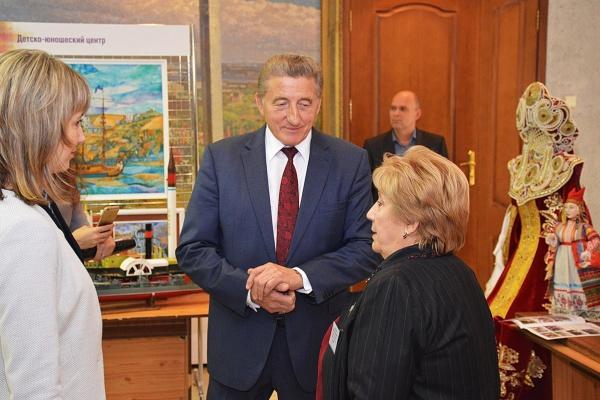 Воронежский сенатор поздравил «творцов человеческих душ»