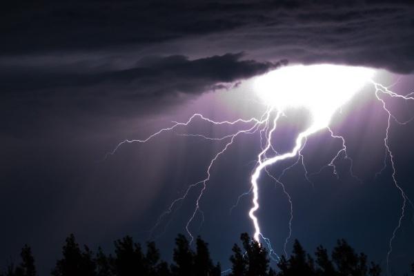 Воронежские энергетики напомнили правила электробезопасности во время непогоды