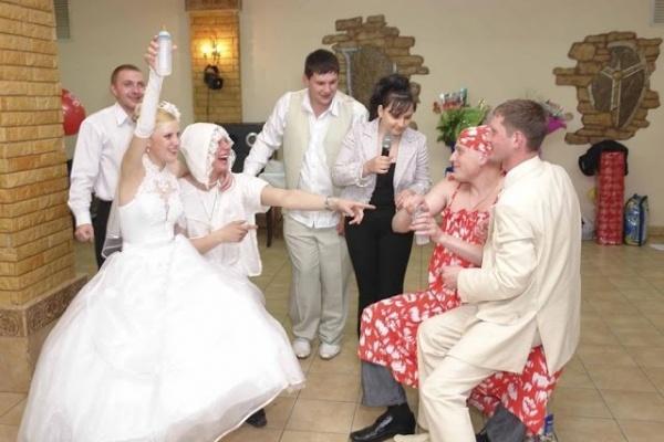 В Воронежской области стали дешевле услуги такси и тамады на свадьбе