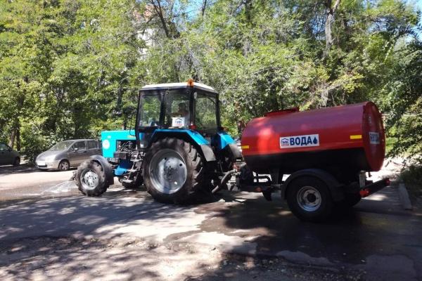 Во дворах Воронежа стали работать поливальные машины